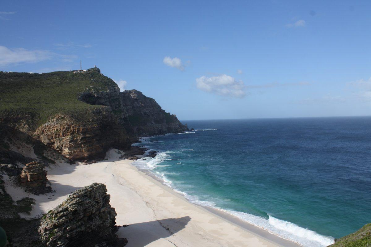 Praia entre Cape Point e Cape of Good Hope, só é possível vê-la se encarar a trilha
