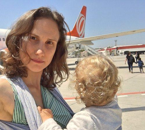 bebe_sling_embarcando_aviao